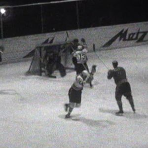 Rauman Lukko (tummat) kohtasi Tampereen Ilveksen (vaaleat) mestaruuskeväänään 1963.