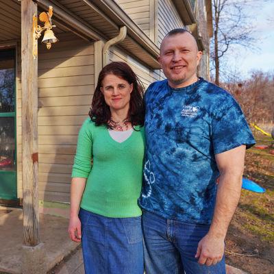 Natalie ja William Bruck kotinsa edessä