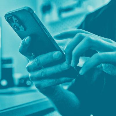 Tekstit: Kuvakaappaus, Digitreenit, yle.fi/oppiminen. Kuvassa tyhjä taulu kädessä.