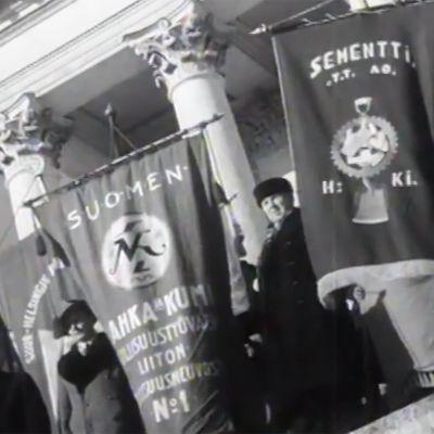 Ammattiyhdistysten lippuja yleislakon aikaan helsingin tuomiokirkon portailla