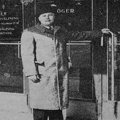 Mustavalkoinen kuva Ruben Oskar Auervaarasta oven edessä.