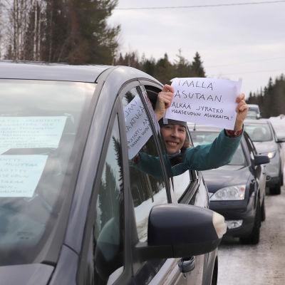 Liisa Koivisto osoittaa mieltään Karhakkamaan suunniteltua tuulivoimapuistoa vastaan.