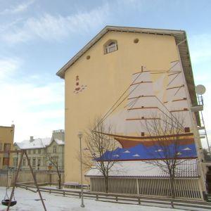 Målad husfasad i form av ett skepp