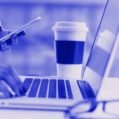 Tekstit: Selaimen päivitys, Digitreenit, yle.fi/oppiminen. Kuvassa käsi tietokoneen näppäimillä.