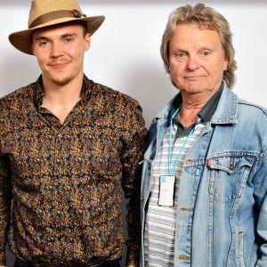 Kirsi Väänänen, Elias Kaskinen ja Pepe Willberg seisomassa