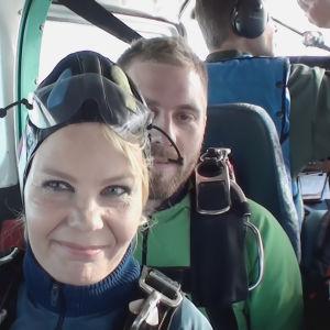 Tuhkimotarinoiden Eija lentokoneessa