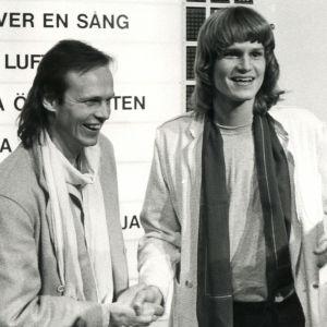 Ted Gärdestad med bror sin Kenneth efter vinst i melodifestivalen 1979