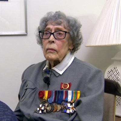 Kvinna i lottadräkt med medaljer