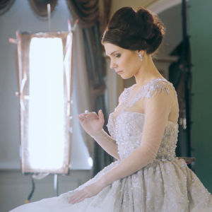 Vackra kläder är viktiga för Diana, här i lång pärlbeströdd aftonklänning, i dokumentären School of Seduction