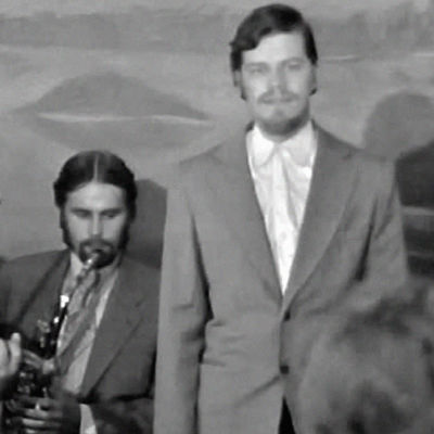 M. A. Numminen ja uusrahvaanomainen yhtye esiintyvät (1970).