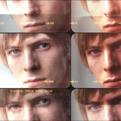 Nuori David Bowie lähikuvassa monistettuna kollaasiksi. Kuva dokumenttielokuvasta David Bowien ensimmäiset vuodet.