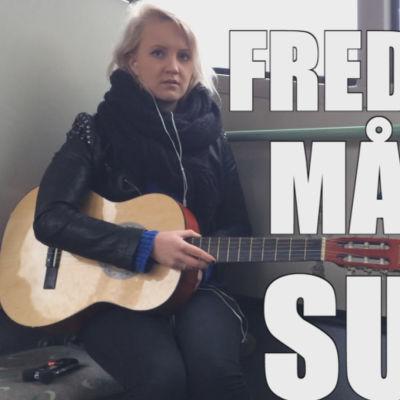 Fredrika Lindholm leker trubadur på en buss.