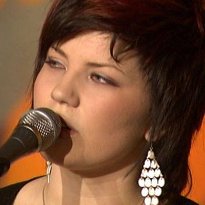 Suvi Teräsniska laulaa.