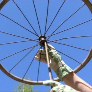 Ett cykelhjul träd på ett armeringsjärn.