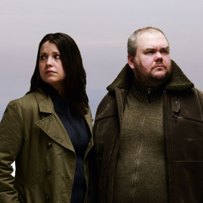 Eva Frantz och Johan Lindroos som karaktärerna i TV-serien Bron.