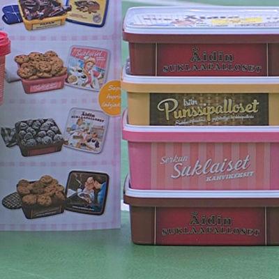 Flera olika lådor med olika kex och godis