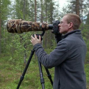 Luontokuvaaja Ville Heikkinen kuvaa metsässä