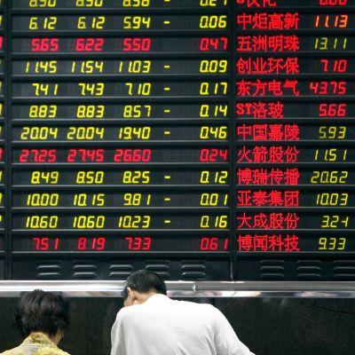 Pörssikursseja tarkastellaan Shanghaissa.