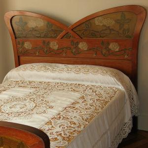 La Pedrera -talon makuuhuone modernismia edustavine huonekaluineen.