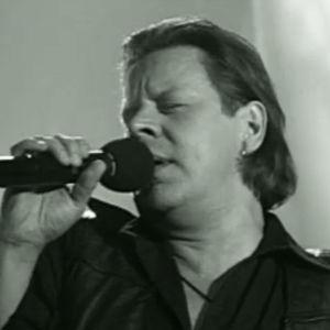 Laulaja Pate Mustajärvi esittää FIilaten ja höyläten -kappaleen.