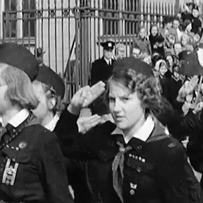 Partioparaati Helsingissä 1952. Nuoria kävelee paraatissa. Mustavalkoinen kuva.