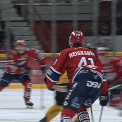 Ishockeyspelaren Miro Heiskanen på isen under match.