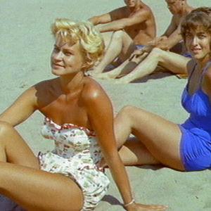 Ihmisiä uimarannalla Helsinki, Pohjolan valkea kaupunki -filmissä 1959