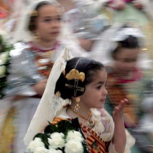 Tyttöjä kauniissa juhla-asuissa Valencian Fallas-juhlissa.
