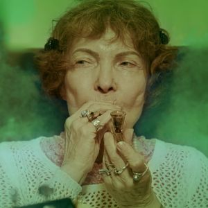 Sirkka Linder röker cannabis och ett rökmoln omger henne.