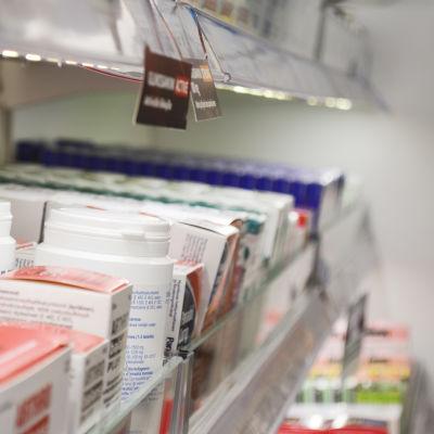 En apotekshylla med läkemedelsburkar.