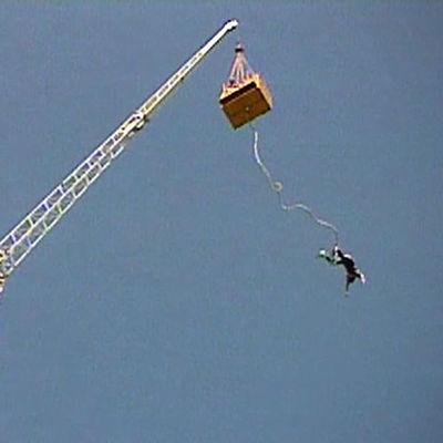 Petri Walli hyppää benji-hypyn