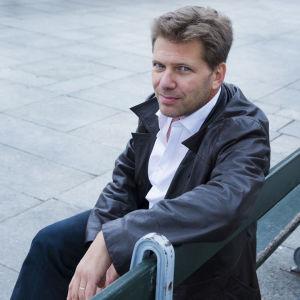 """Ranskalaiskirjailija Olivier Truc ja suomennetun romaaninsa """"Viimeinen saamelainen"""" kansikuva."""