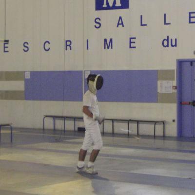 Kaksi miekkailun harrastajaa harjoittelevat kaksintaistelua salilla Montpellier'ssä.