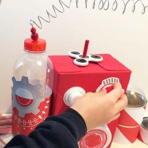 Poika leikkii kierrätysmateriaalista tehdyllä aikakoneella