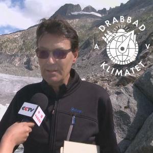 Hotellföretagaren Carlen Philipp framför den smältande Rhôneglaciären i Schweiz.