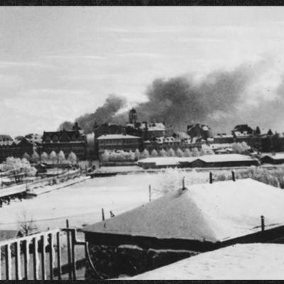 Savupatsaat nousevat Viipurin horisontista 3. helmikuuta 1940.