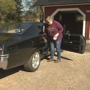 Stefan Gustafsson och Mona Söderblom putsar sin svarta Chevrolet