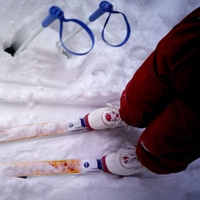Sukset ja sauvat lumihangessa.