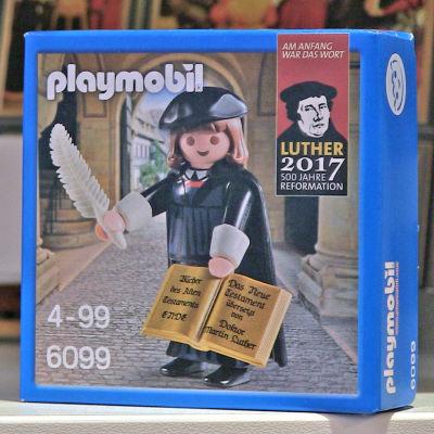 Ett paket med en plastfigur som föreställer Martin Luther.
