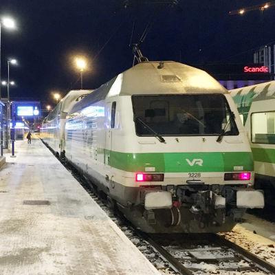 Ett tåg vid perrongen på Tammerfors järnvägsstation.