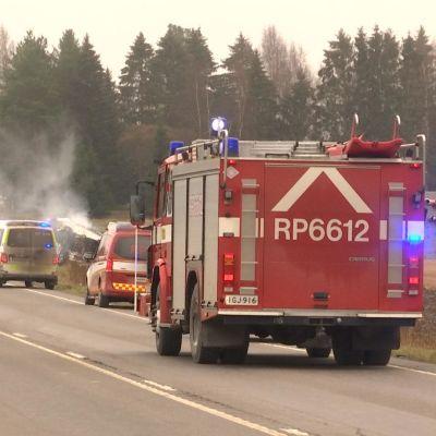 Pelastusajoneuvot tukkivat tien Laihialla, taustalla näkyy auto ja rekka ojassa.