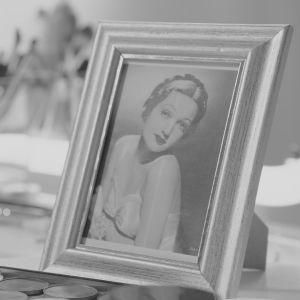 Ett inramat porträtt av Dorothy Lamour.