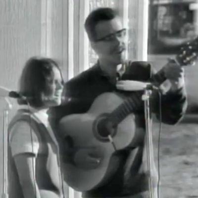 Sataset-lauluyhtye ja Heikki Laitinen esiintyvät ulkoilmakonsertissa.