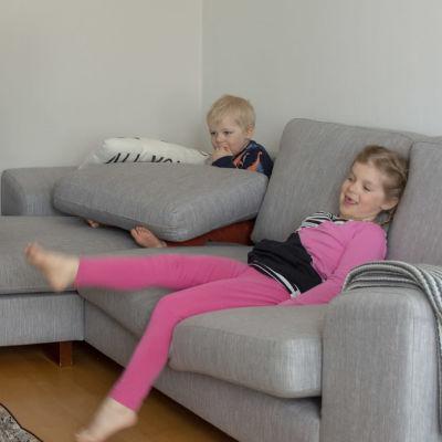 lapset kotona tietokoneen ääressä etäpäiväkodissa