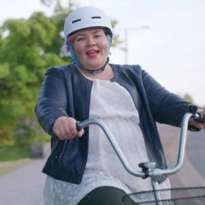 Jenny Lehtinen ja Saara Sarvas ajavat polkupyörillä