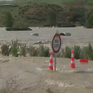 Ett vattendrag har svämmat över en väg.