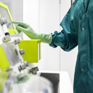 Laboratoriohoitajan käsi CliniMACS-laitteella.
