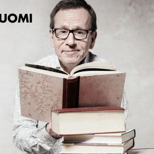 Seppo Puttonen lukee kirjaa