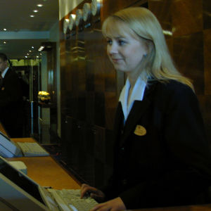 Heikki hotellin vastaanotossa.