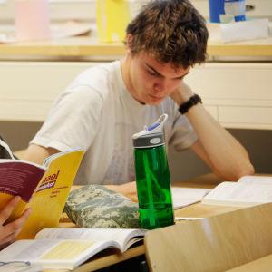 Lukiolaisia matematiikan tunnilla